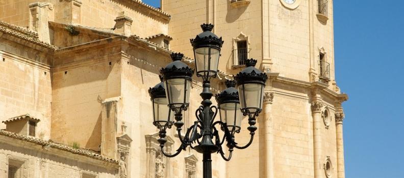 Los vecinos de Lorca solicitan al Ayuntamiento que proteja los columpios de Colón con toldos